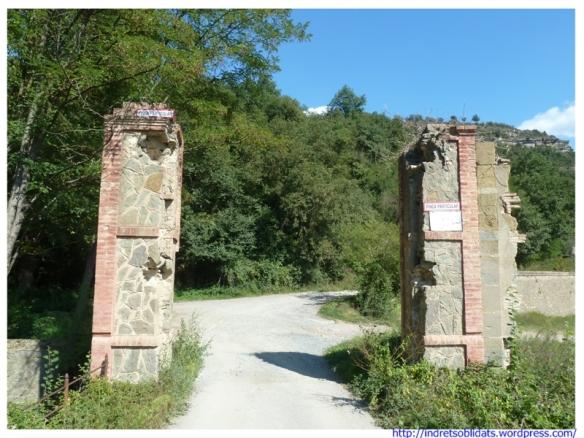 Restes de la portalada d'accés a l'antiga colònia
