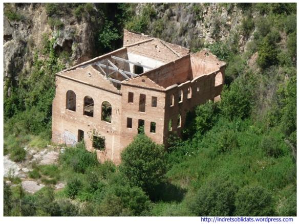Restes de la central observades des del camí de Sant Miquel del Fai